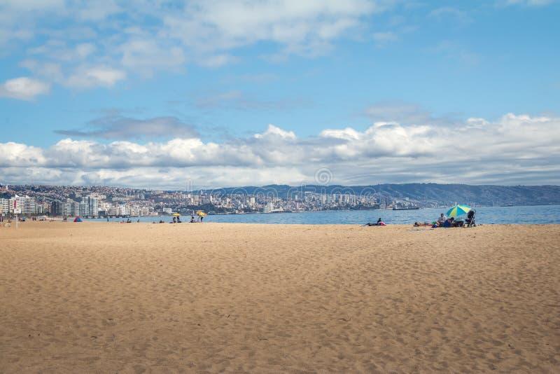 Пляж Лос Marineros и горизонт города - Vina Del Mar, Чили стоковое изображение rf
