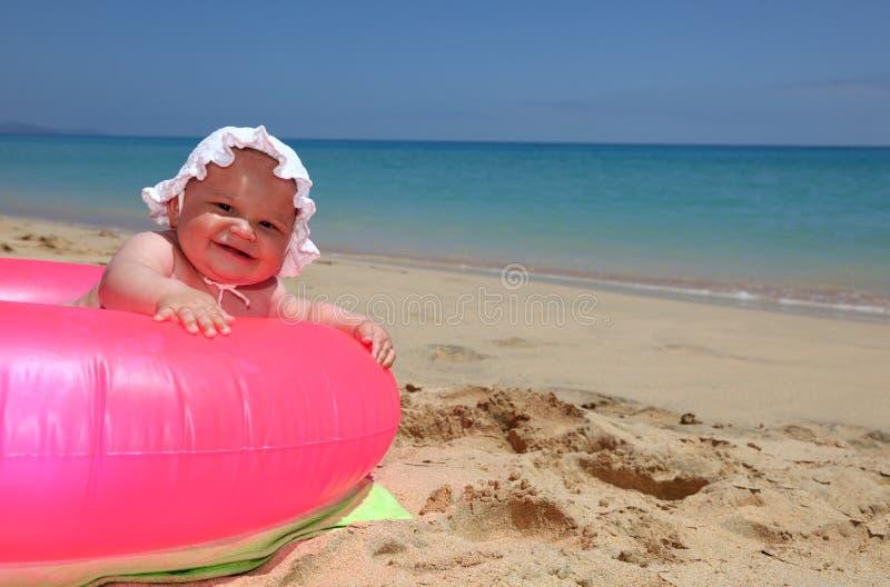пляж младенца счастливый стоковое фото