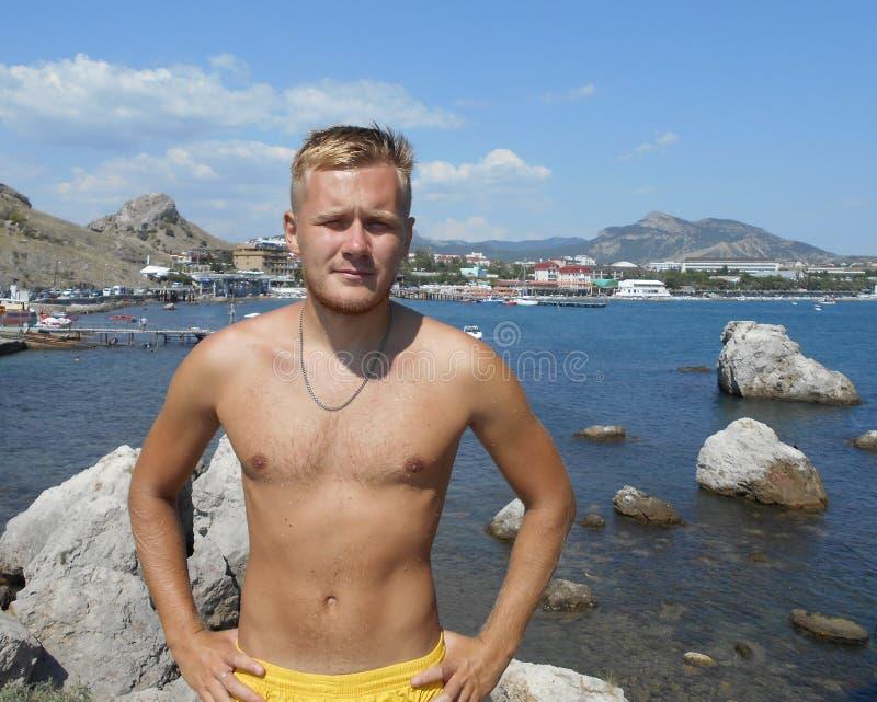 пляж, море, тело, детеныш, красивый, мышечный, вода, лето, модель, мальчик, торс, парень, без рубашки, мышца, каникулы, океан, ат стоковое фото rf