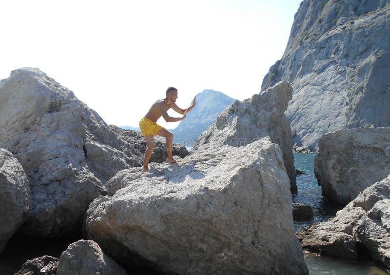 пляж, море, тело, детеныш, красивый, мышечный, вода, лето, модель, мальчик, торс, парень, без рубашки, мышца, каникулы, океан, ат стоковая фотография