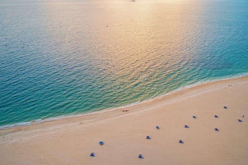 Пляж моря, вид с воздуха Зашкурьте пляж и голубую морскую воду увиденные сверху Принципиальная схема каникулы лета Wanderlust, пе стоковое фото
