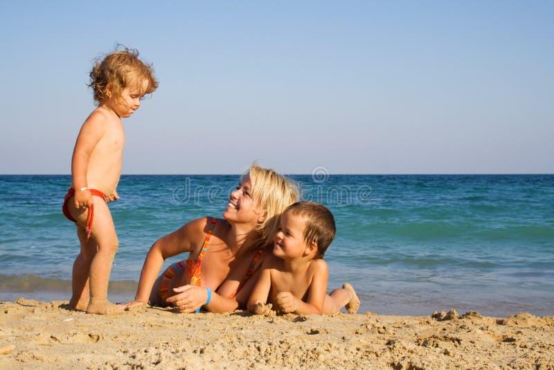 пляж наслаждаясь семьей стоковые изображения rf