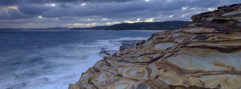 Пляж на заходе солнца, национальный парк замазки Bouddi, центральное побережье, NSW, Австралия стоковые фотографии rf
