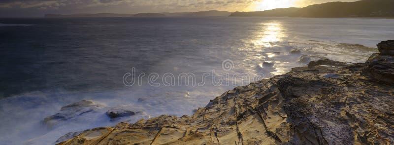 Пляж на заходе солнца, национальный парк замазки Bouddi, центральное побережье, NSW, Австралия стоковая фотография