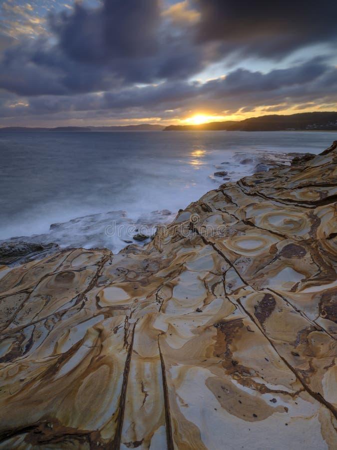 Пляж на заходе солнца, национальный парк замазки Bouddi, центральное побережье, NSW, Австралия стоковые фото