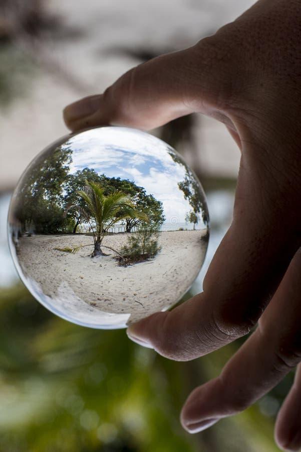 Пляж на острове Penang через хрустальный шар стоковые изображения