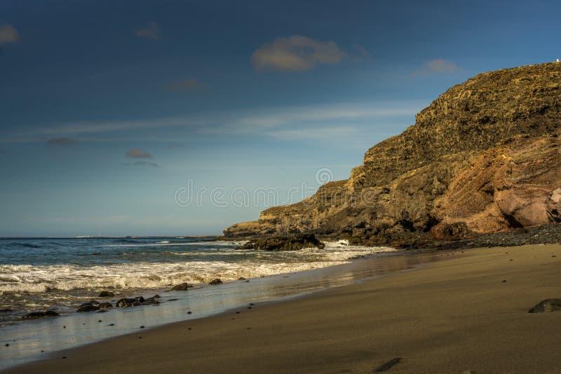 Пляж на Фуэртевентуре с утесом лавы стоковые фото
