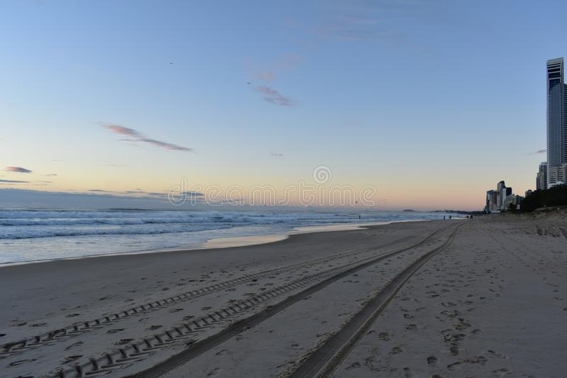 Пляж, океан, прибой, восход солнца и люди стоковая фотография rf