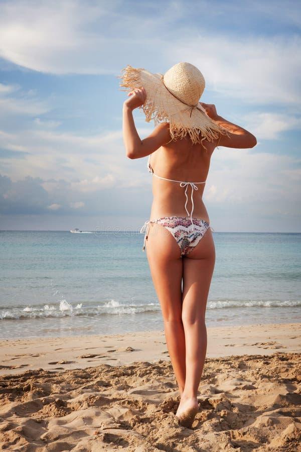 пляж ослабляя сексуальную женщину стоковые фотографии rf
