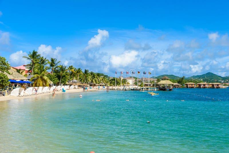 Пляж острова голубя - тропическое побережье на карибском острове Сент-Люсия Это назначение рая с пляжем с белым песком стоковое фото