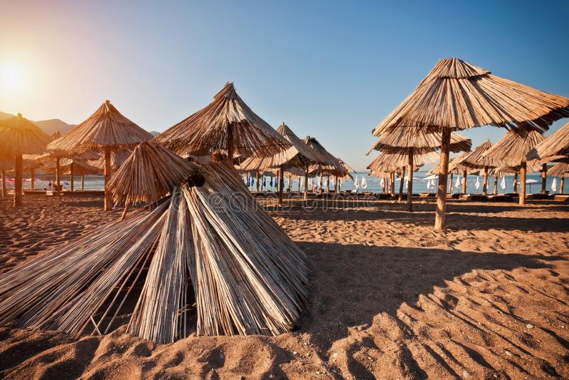 Пляж песка с зонтиком стоковые фотографии rf