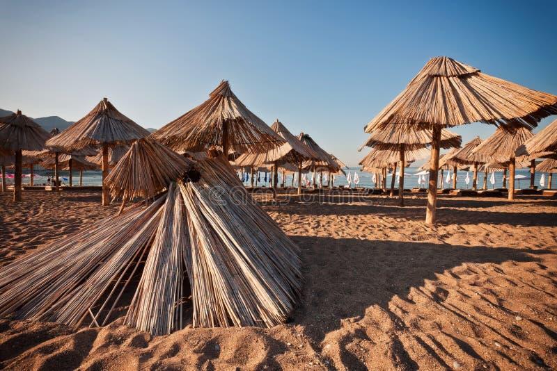 Пляж песка с зонтиком стоковое изображение