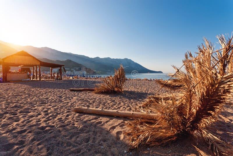 Пляж песка с зонтиком стоковые изображения