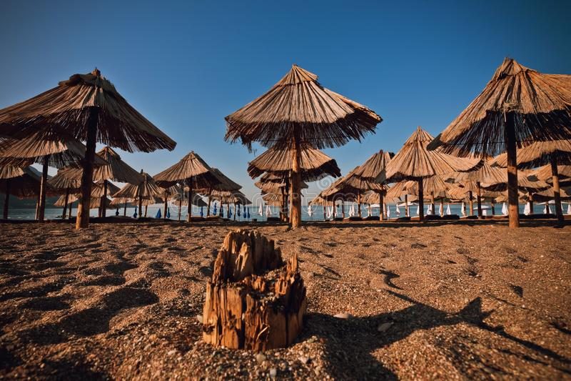 Пляж песка с зонтиком стоковая фотография