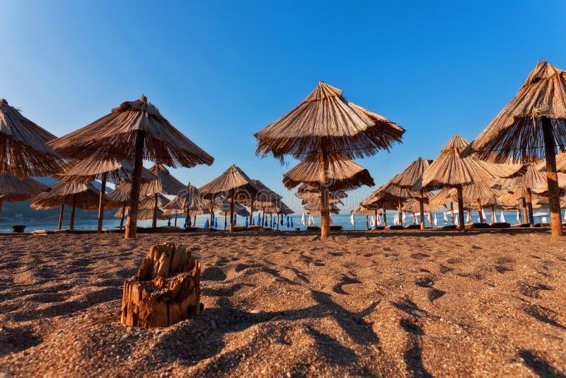Пляж песка с зонтиком стоковая фотография rf