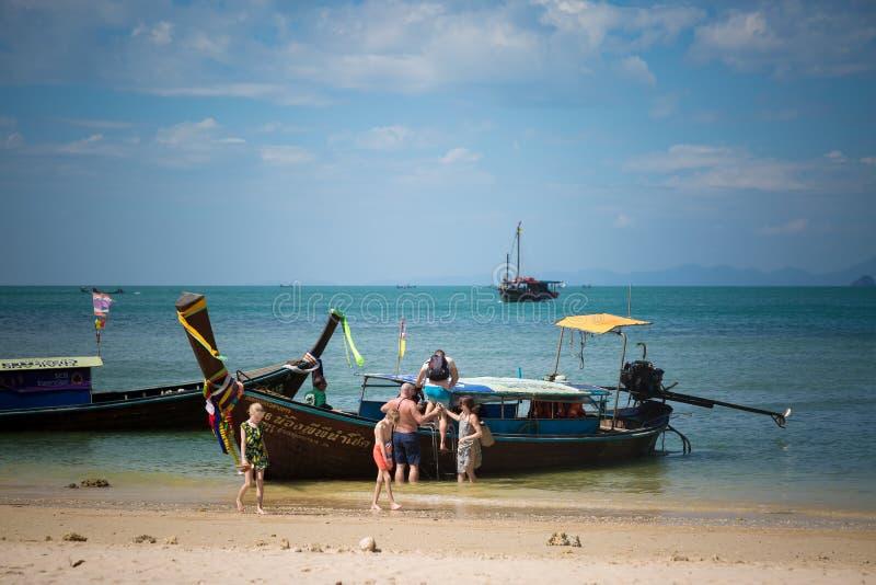 Пляж пещеры Ao Phra Nang, пляж Railay, Krabi, Таиланд - 12-ое февраля 2019: Такси воды на Таиланде Шлюпка встречает и получает стоковые фото
