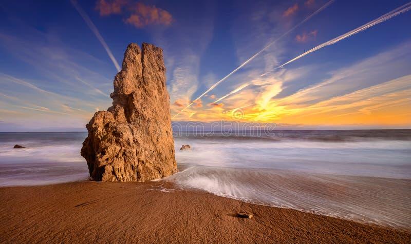 Пляж положения El матадора захода солнца, Malibu стоковое изображение rf