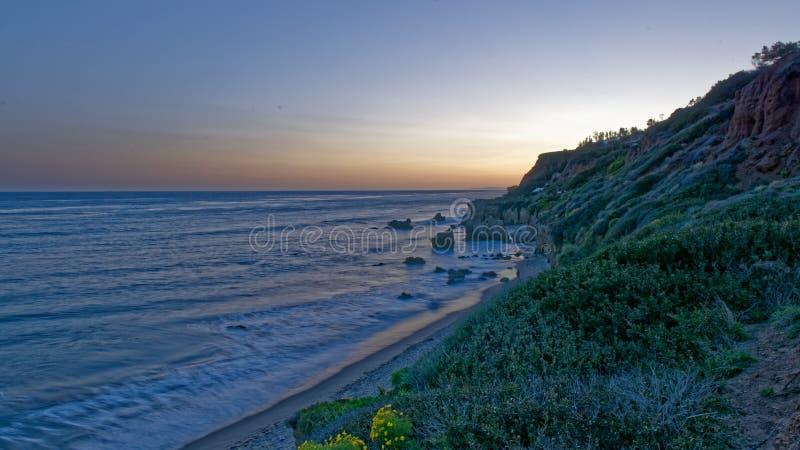 Пляж положения El матадора, Malibu, Калифорния на восходе солнца стоковое изображение rf