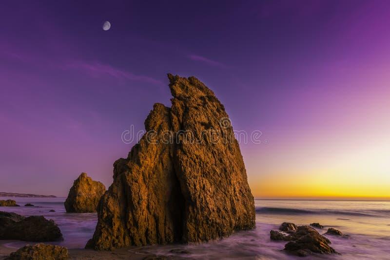 Пляж положения El матадора, Malibu, Калифорния, объединенная питает стоковые изображения