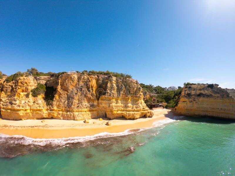 Пляж Прая De Marinha Больше всего красивый в Lagoa, Алгарве Португалии Вид с воздуха на скалах и побережье Атлантического океана стоковые изображения