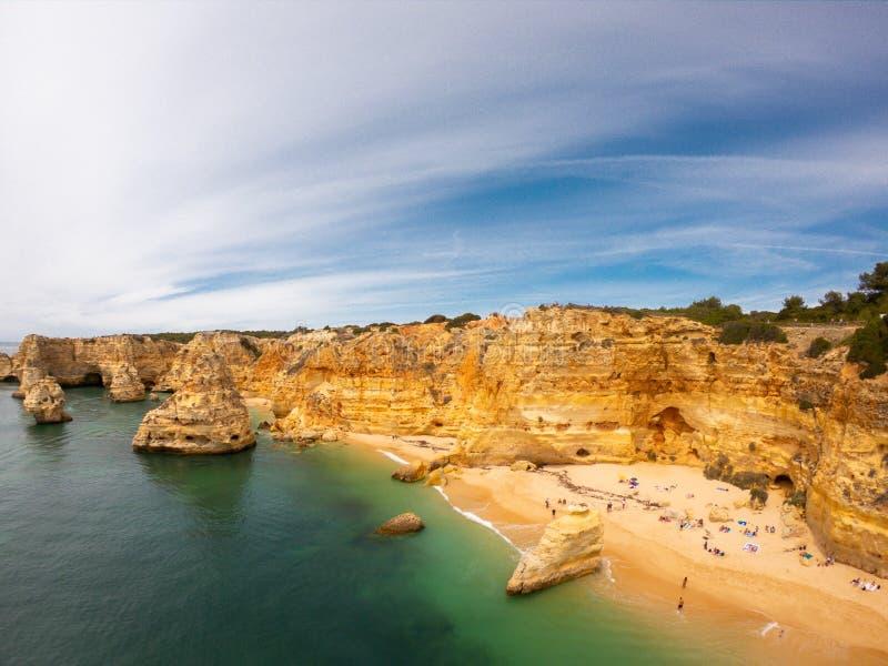 Пляж Прая De Marinha Больше всего красивый в Lagoa, Алгарве Португалии Вид с воздуха на скалах и побережье Атлантического океана стоковая фотография rf
