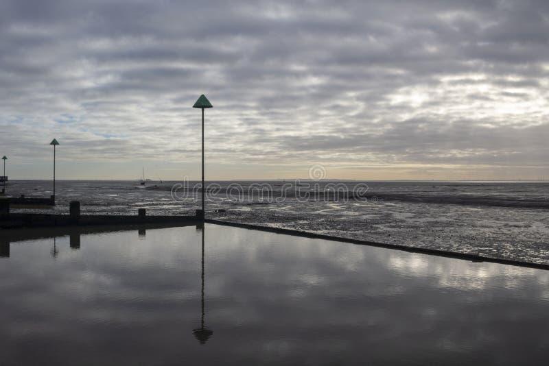 Пляж причала колокола на Leigh-на-море, Essex, Англии стоковое фото