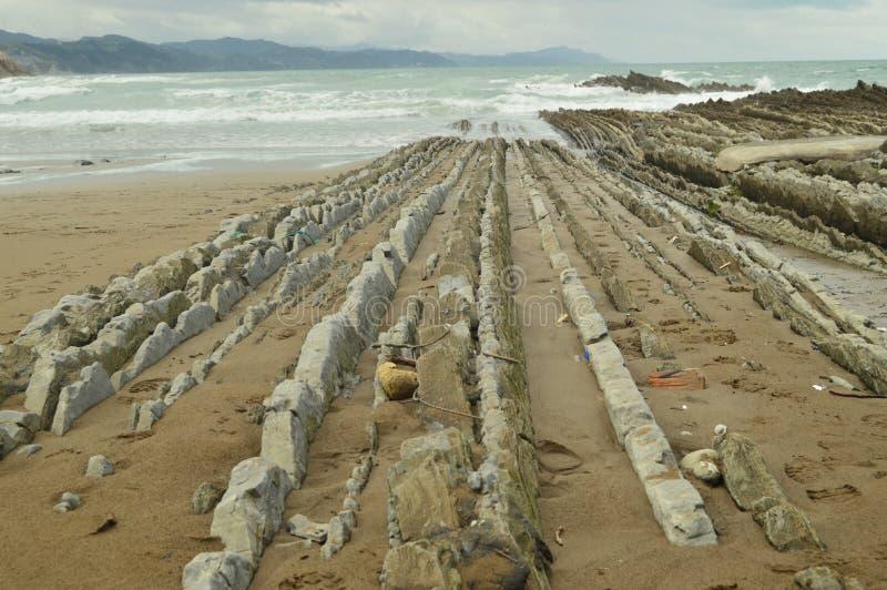 Пляж при утесы составленные показателей ископаемого с образованиями типа флиша палеоценового ЮНЕСКО трассы Geopark баскского всхо стоковая фотография rf