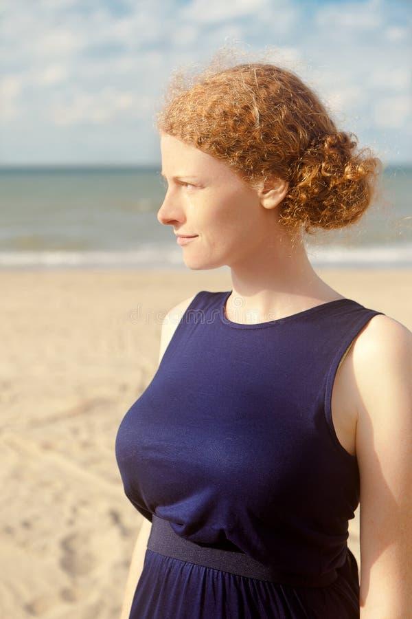 Пляж профиля женщины Redhead, De Panne, Бельгия стоковое изображение rf