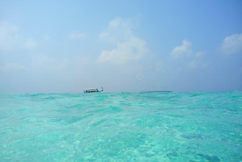 Пляж рая голубой с традиционной мальдивской шлюпкой стоковое изображение rf