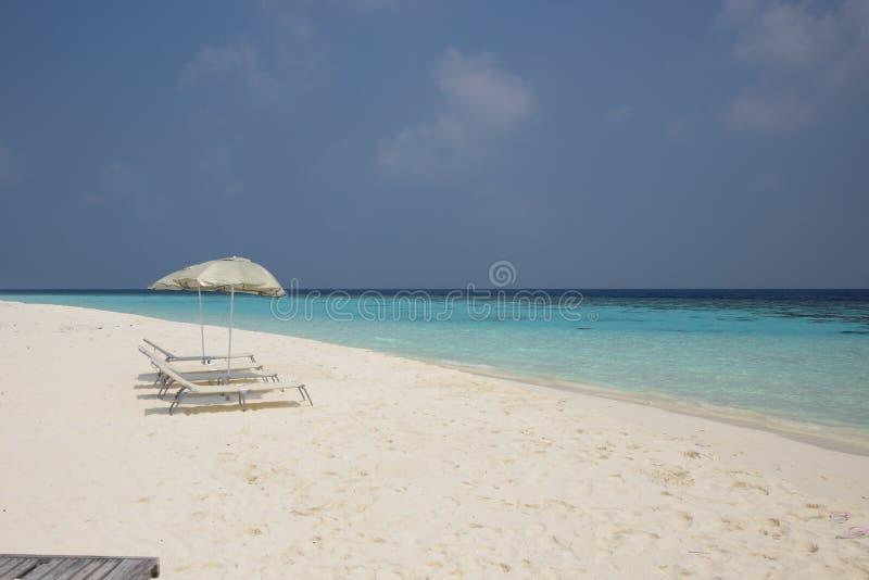 Пляж рая с 2 зонтиками солнца в Мальдивах стоковое фото