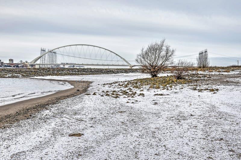 Пляж реки в зиме стоковые изображения rf
