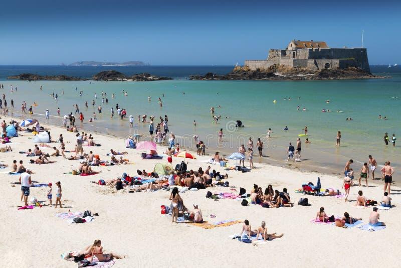 Пляж Святого толпить Malo на горячий летний день стоковая фотография
