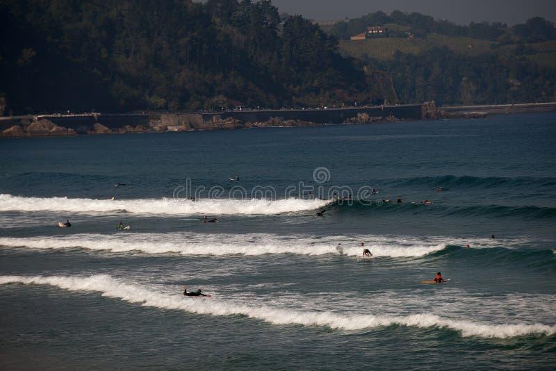 Пляж серфера Zarautz при люди занимаясь серфингом в волнах 4 стоковое изображение