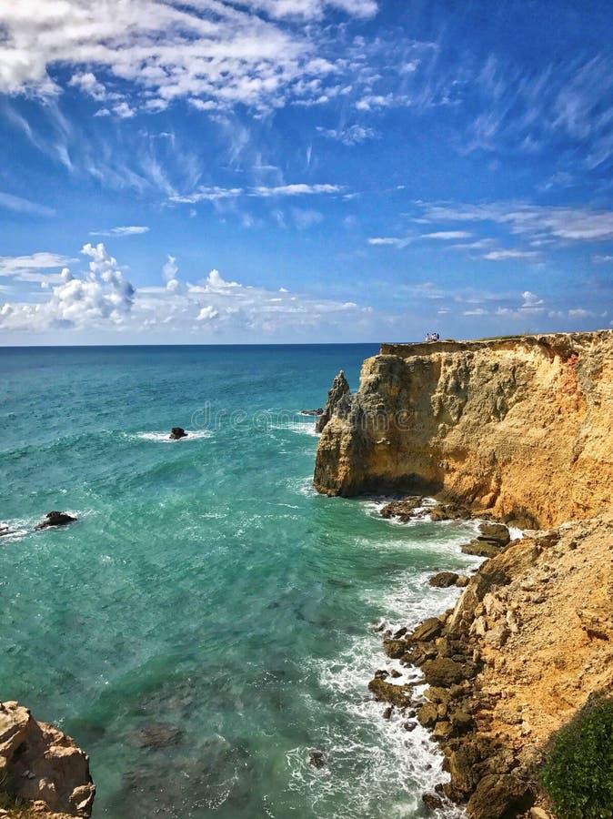 Пляж скалы делает красивое визирование стоковое изображение rf