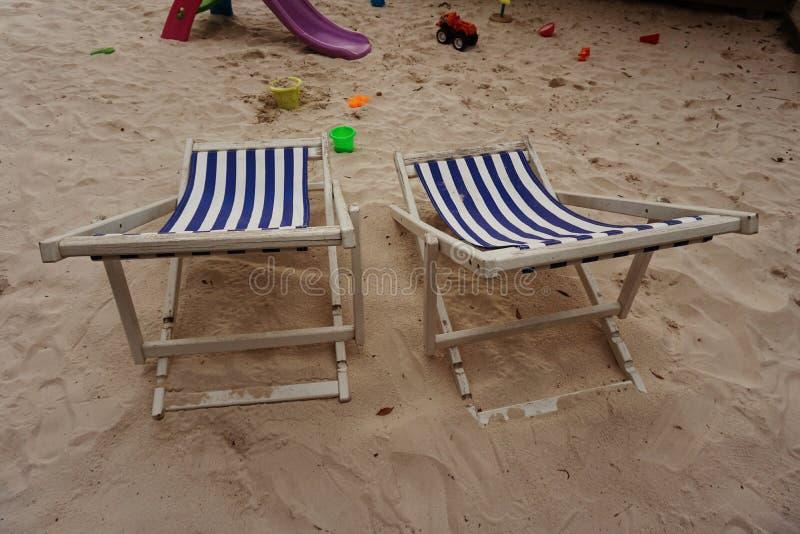 Пляж стула Deckchair под деревом стоковые изображения rf