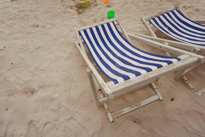 Пляж стула Deckchair под деревом стоковое фото