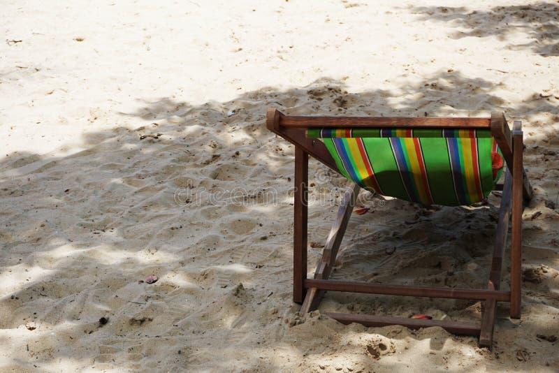 Пляж стула Deckchair под деревом стоковое фото rf