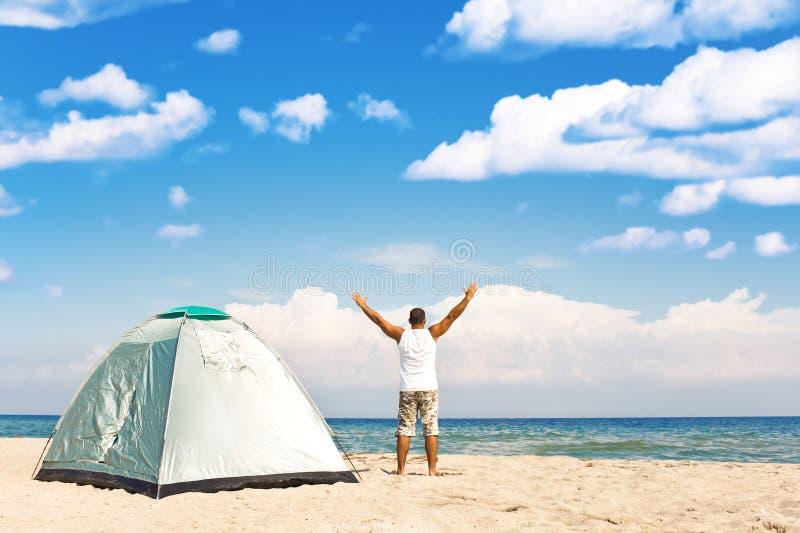 пляж сь наслаждающся шатром человека стоковые изображения