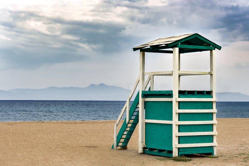 Пляж Сэнди и деревянная башня спасательной службы в городе Рафина Греция стоковое изображение rf