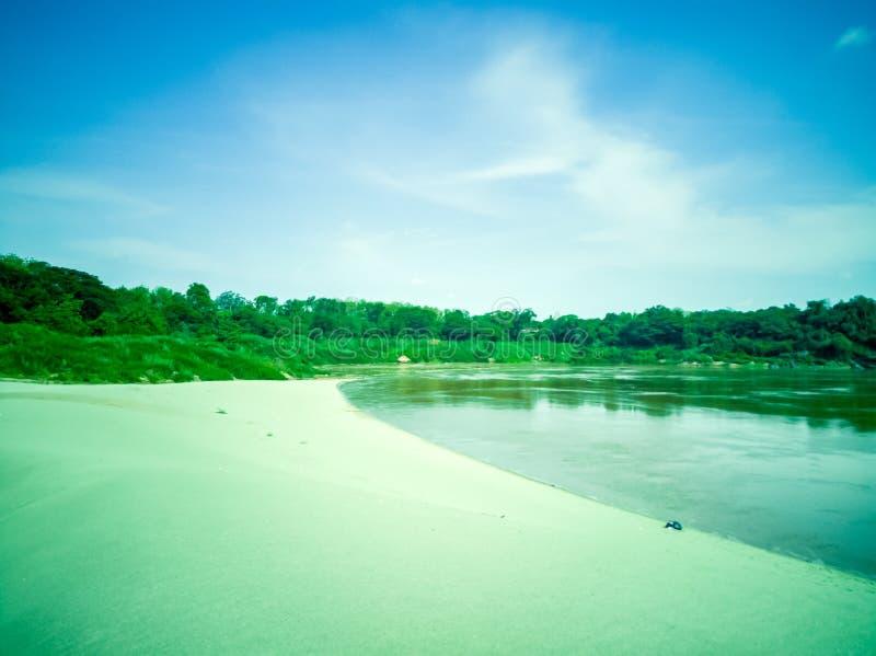 Пляж с белым песком на Меконге, Таиланде стоковая фотография