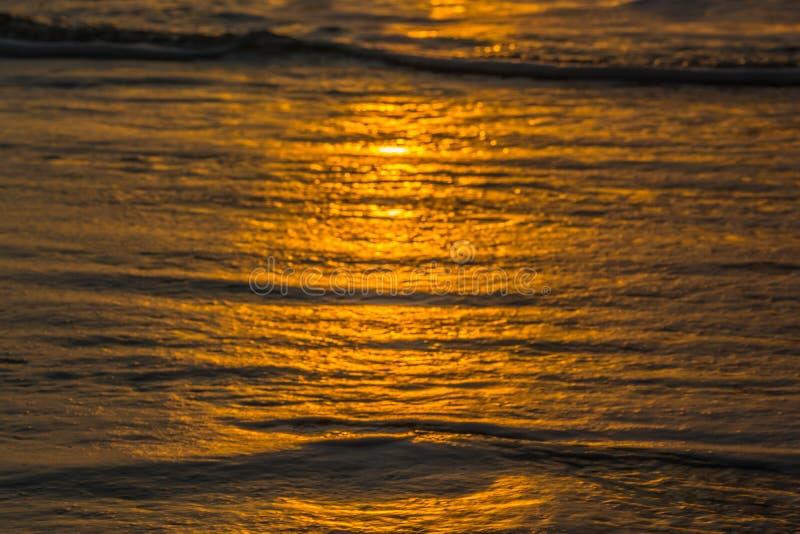 Пляж с малыми волнами на Атлантическом океане стоковые фото