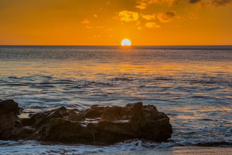 Пляж с малыми волнами на Атлантическом океане стоковые изображения rf