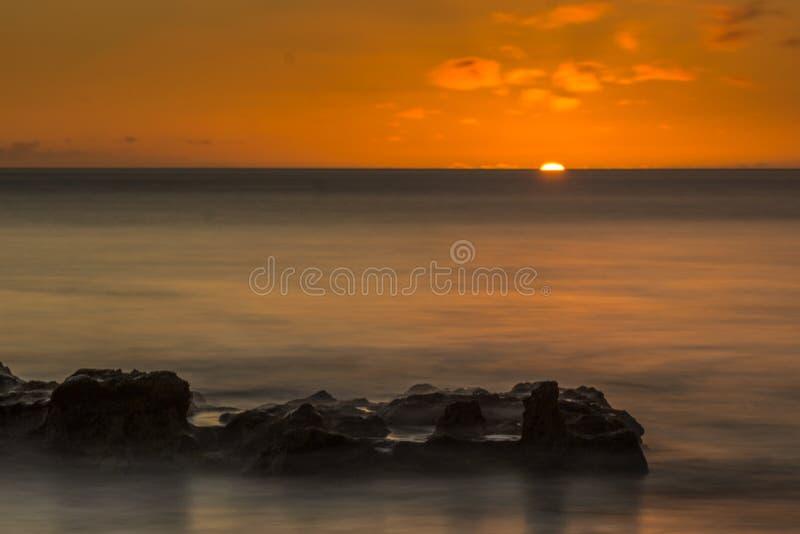 Пляж с малыми волнами на Атлантическом океане стоковое фото rf