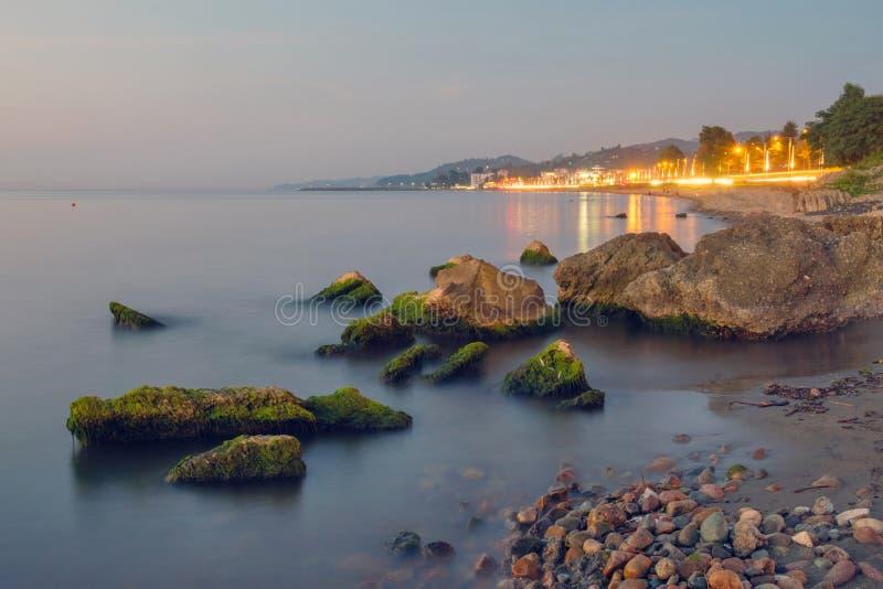 Пляж с утесами покрытыми мхом стоковое фото rf