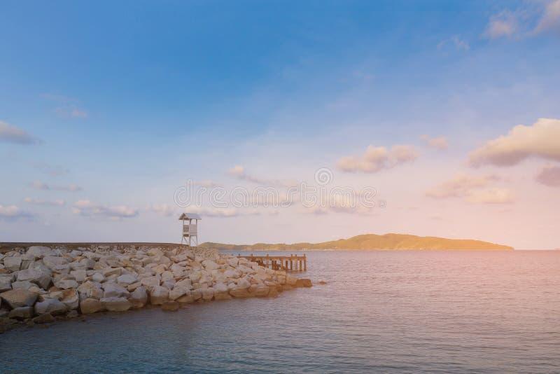Пляж утеса с голубым небом с меньшим островом стоковое изображение