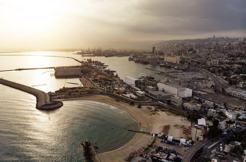 Пляж Хайфы, Израиль, вид с воздуха над восходом солнца моря Солнце поднимает от горизонта Взгляд сверху приморского города Хайфы  стоковые изображения