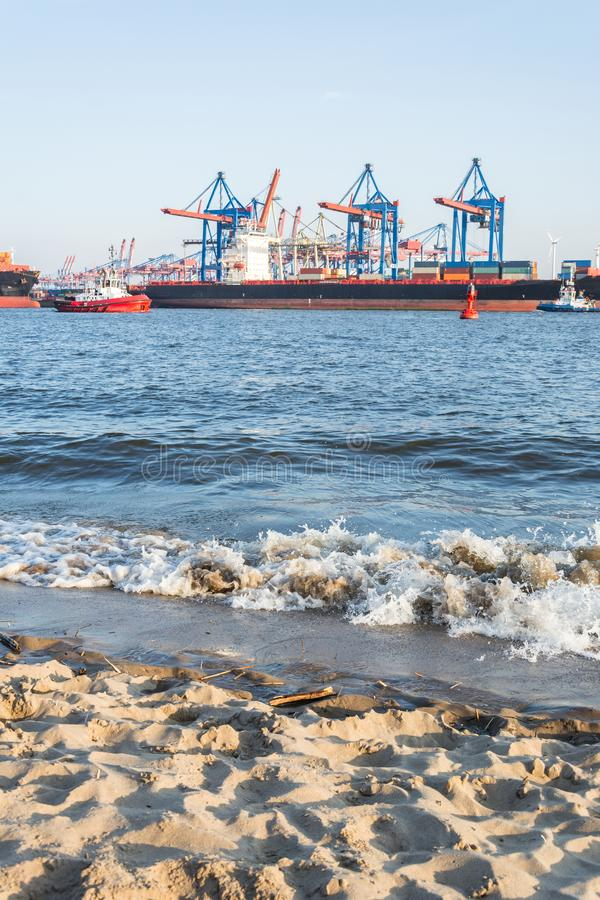 Пляж Эльбы с контейнерным терминалом и кораблями в Гамбурге стоковые фото