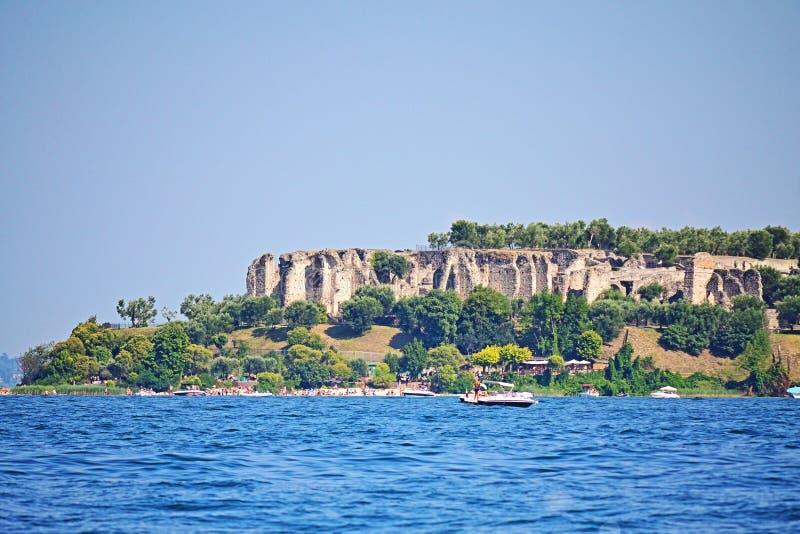 Пляж Ямайки и озеро Garda северная Италия руин Grotte di Catullo стоковые изображения