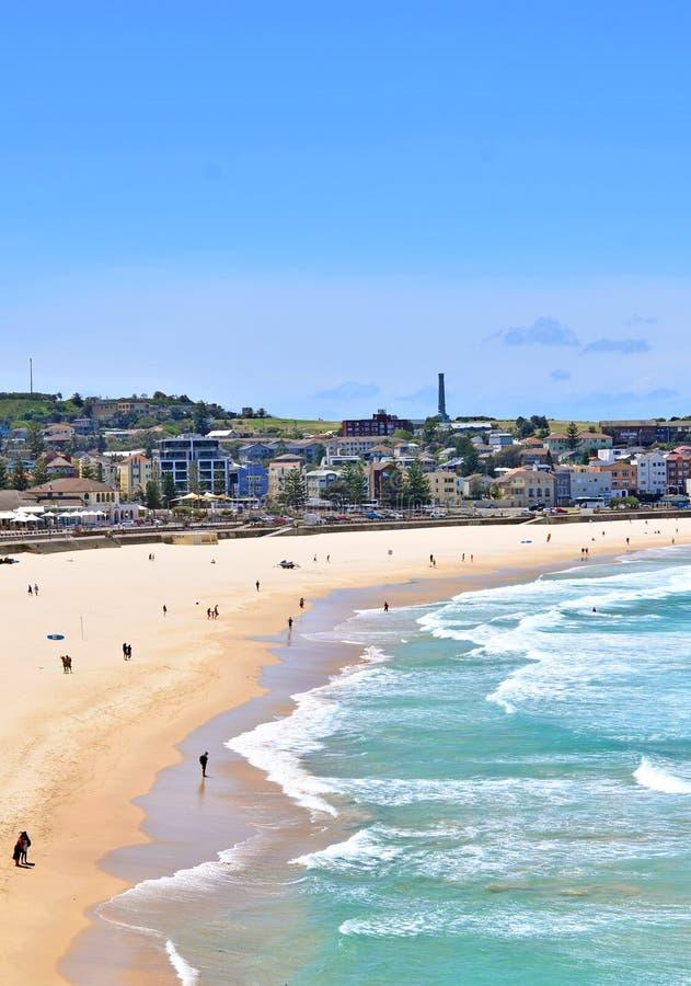 Пляж Bondi на солнечный день в Сиднее, Австралии стоковые изображения rf