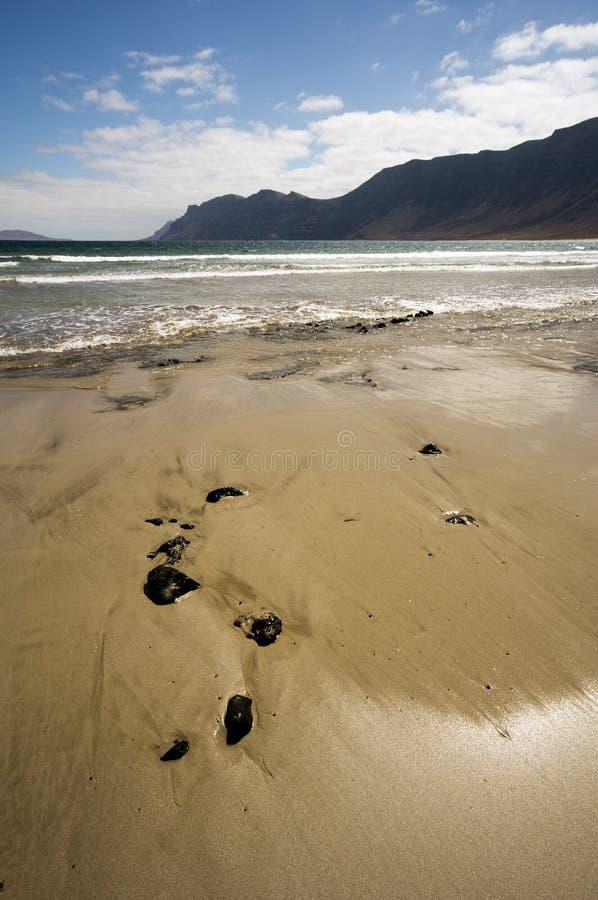 пляж caleta de famara lanzarote стоковое изображение